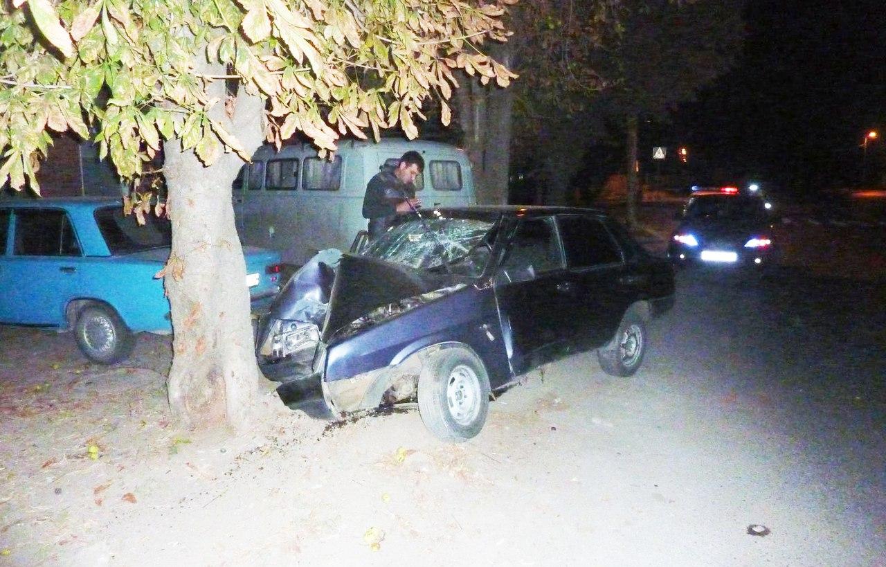 В Таганроге «ВАЗ-21099» врезался в дерево, травмированы две несовершеннолетние пассажирки