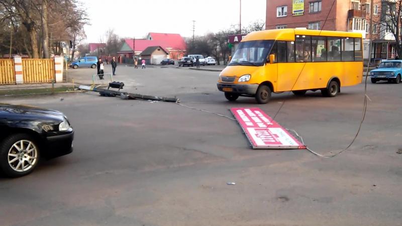 на перехресті вулиці Московської та Червоноармійської трапилася автопригода, в якій не останню роль відіграла міська реклама.