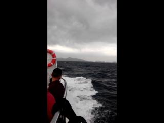 Плывем на остров Калипсо и Латакия ) час дороги)) Шторм застал нас , но когда заиграла музыка с Пиратов карибского моря, стало
