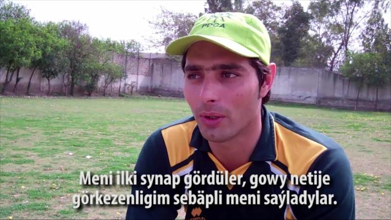 Pakistanly kriketçi oýuny protez aýaklary bilen oýnaýar