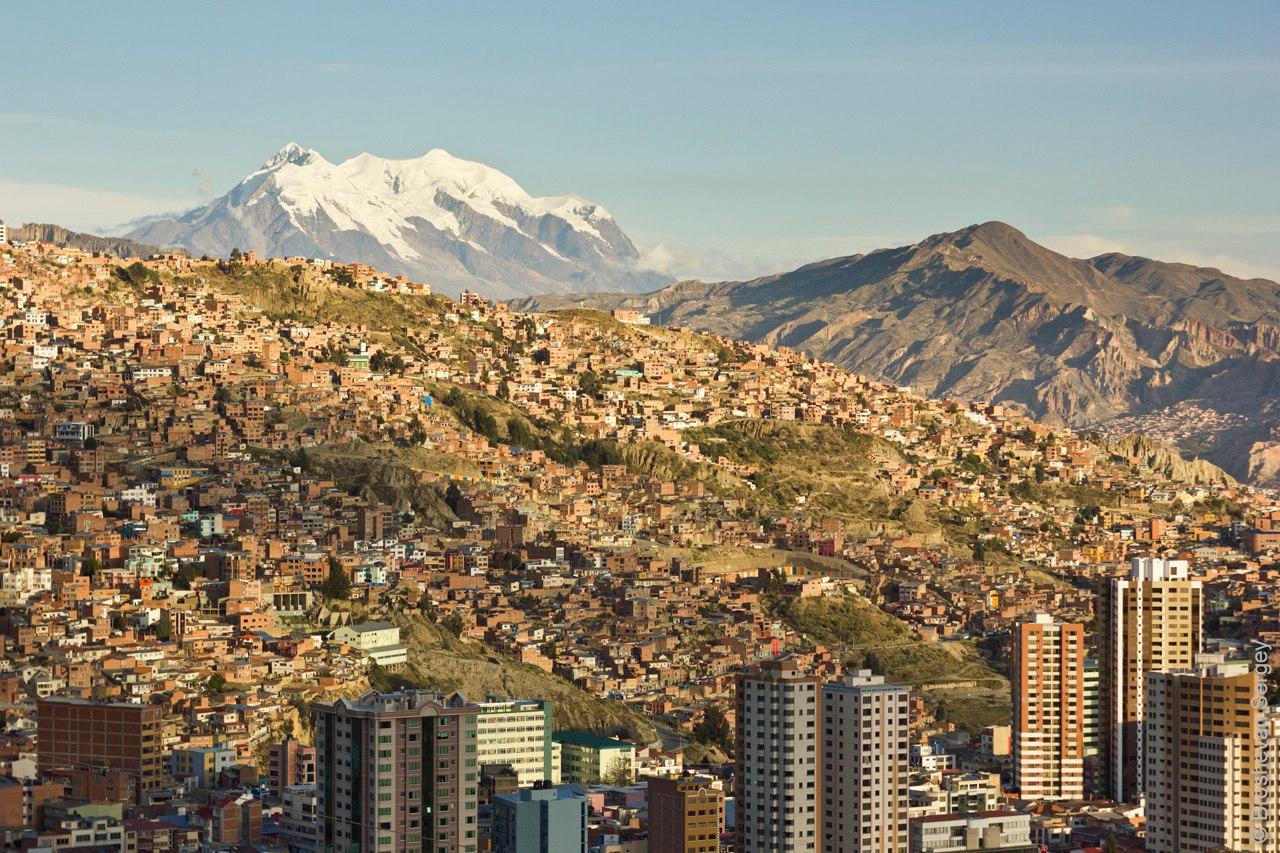 Столица Боливии Ла-пас и вулкан Илимани