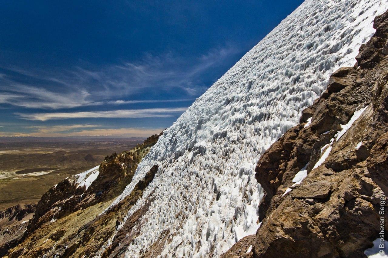 Ледовые склоны вулкана Сахама в Боливии