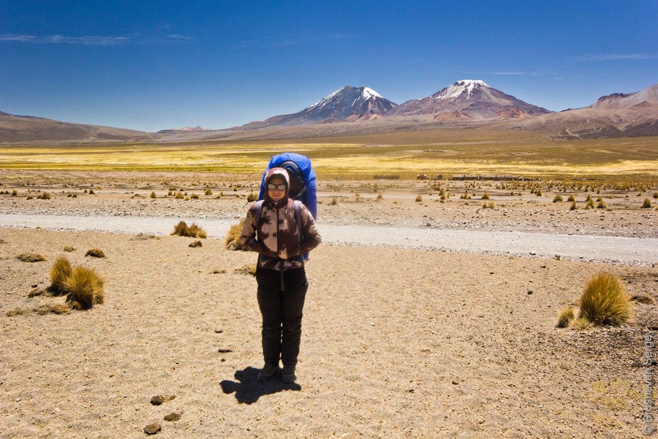 альпинистка на фоне вулканов в Боливии