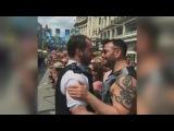 Agent vraagt vriend ten huwelijk bij Gay Pride-parade