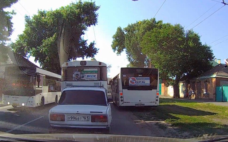 В Таганроге улица Дзержинского превратилась в гоночный трек для городских автобусов. ВИДЕО