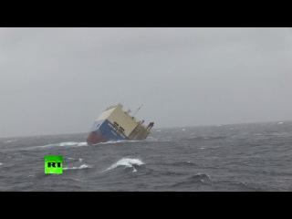 Дрейфующее к Франции судно без экипажа пытаются взять на буксир