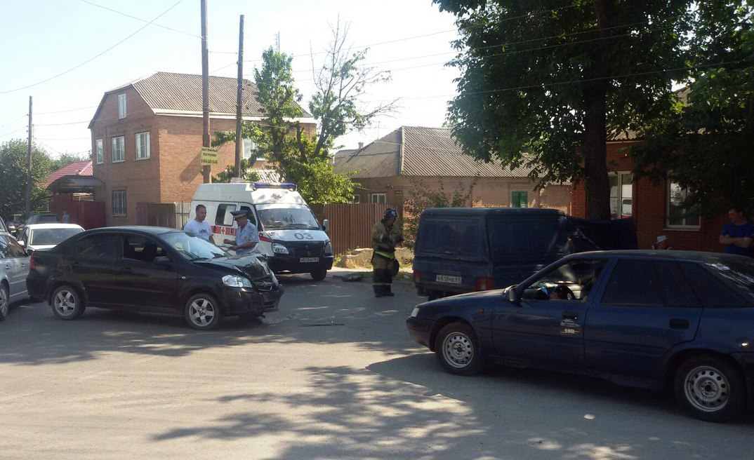В Таганроге в СЖМ столкнулись Chevrolet Aveo и «ИЖ-2117»