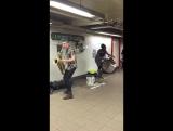 Уличные #музыканты . Парни #играют в переходе. Зарядитесь позитивом!