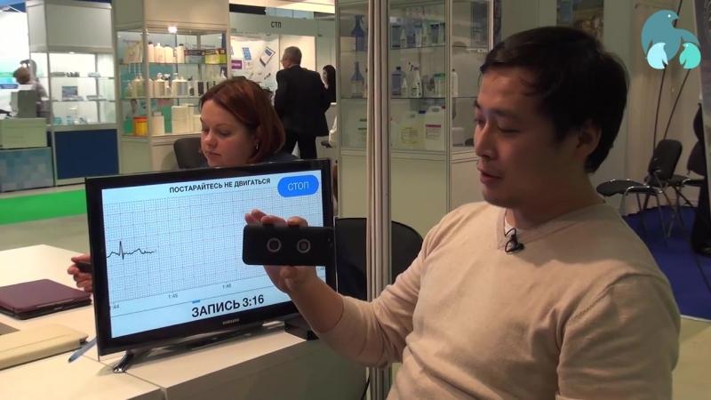 Кардиомонитор CardioQVARK в чехле для айфона