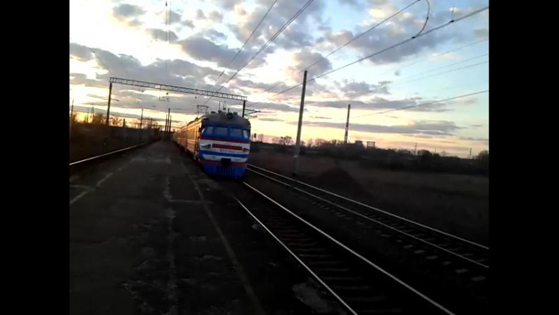 Електропоезд с приветливой бригадой проходит платформу Минутка