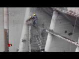 Страховочные тросы спасают рабочих