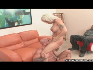 Blonde milf rides someone else his dick while hubby watches (порно секс минет орал трах сосёт член трахает выебал сиськи порнуха