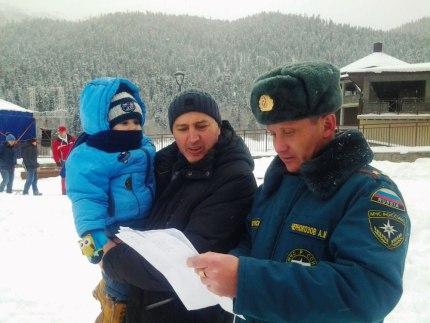 Сотрудники МЧС по Зеленчукскому району патрулируют места массового скопления отдыхающих в поселке Архыз