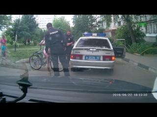 Девочка на велосипеде влетела в полицейскую машину
