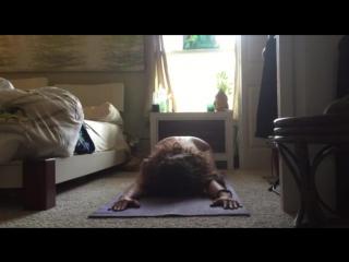 Девушка с большой грудью занимается зарядкой голая перед камерой