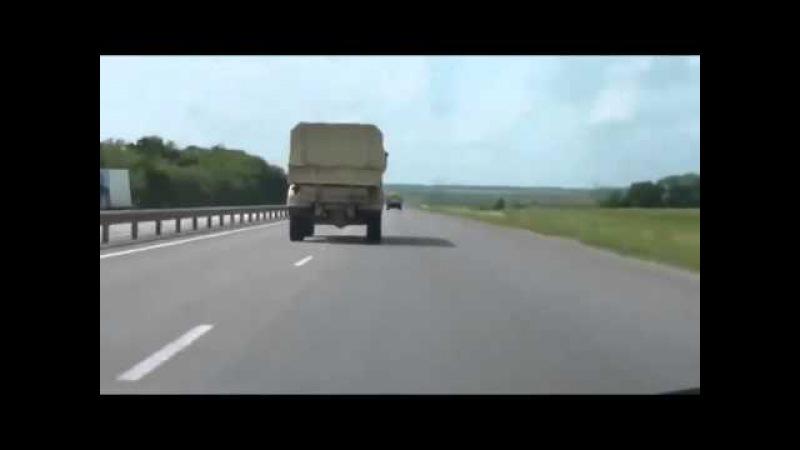 Раллийный КАМАЗ обгоняет иномарки на трассе
