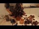 Duża choinka z szyszek na Boże Narodzenie.