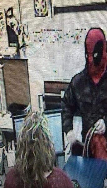 Парень в маске Дэдпула, в городе Огайо, продолжает грабить банки (ограбил уже 3 маленьких отделения), полиция не поймала его до сих пор.