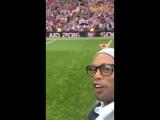 Роналдиньо приветствует фанатов на матче звезд.