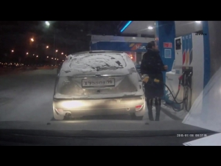 Девушки случайно подожгла свою машину на заправке в Сургуте