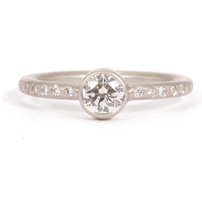 drOq0oe7Hcg - Обручальные кольца с бриллиантами круглой огранки (60 фото)