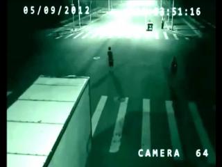 В Китае ангел спас человека от смерти, засняла скрытая камера на дороге-[save4.net]