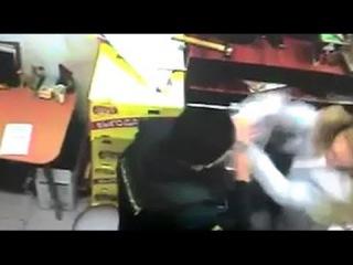 Инкассатор избил сотрудницу магазина за просьбу показать документы