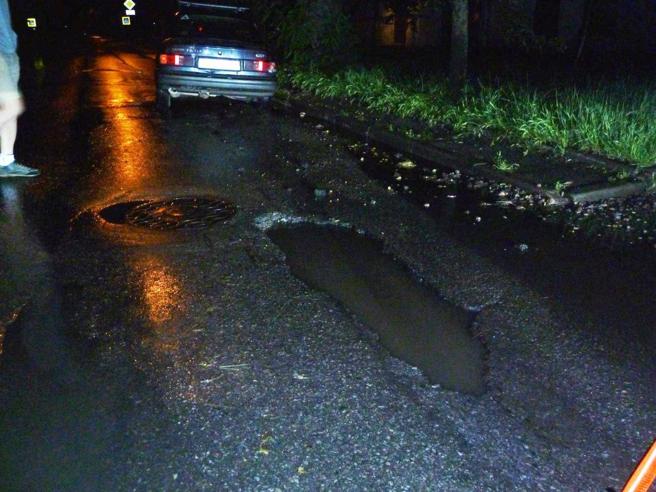 Вчера в Таганроге автомобили Ford Sierra и Mercedes-Benz угодили в глубокие ямы