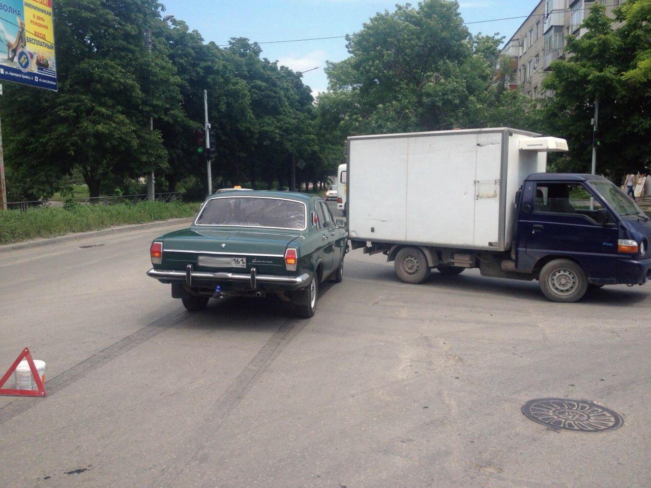 В Таганроге дорогу не поделили «Волга» и Hyundai Porter