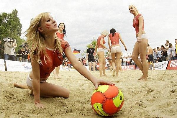 Топлесс футбол