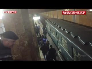 Легли под поезд в московском метро, спасли женщину в последний момент, счастливчики, жесть