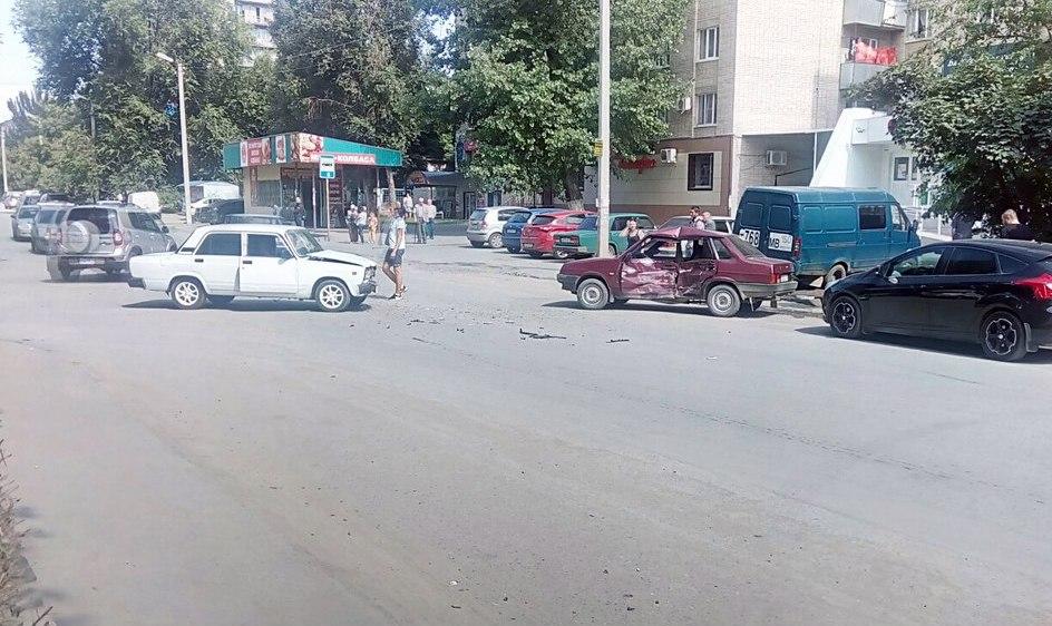 В Таганроге на улице Шило не разминулись «ВАЗ-21099» и «ВАЗ-2107»