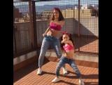Мама с дочкой круто танцуют :)