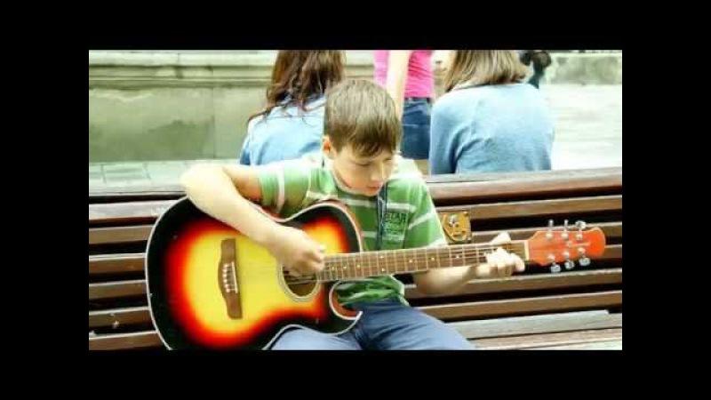 Хлопчик чудово співає під акомпонемент гітари