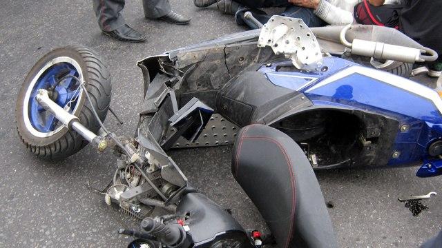 В Таганроге водитель скутера, выехав на встречку, спровоцировал ДТП