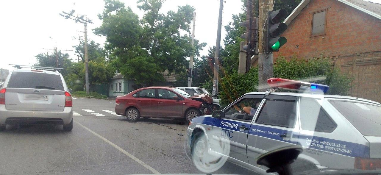 В Таганроге дорогу не поделили водители «Волги» и Volkswagen Polo, есть пострадавшая