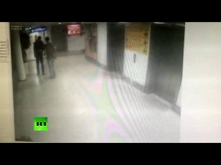 Запись с камеры видеонаблюдения в аэропорту Стамбула: террорист стреляет в одну из жертв. 01.07.2016.