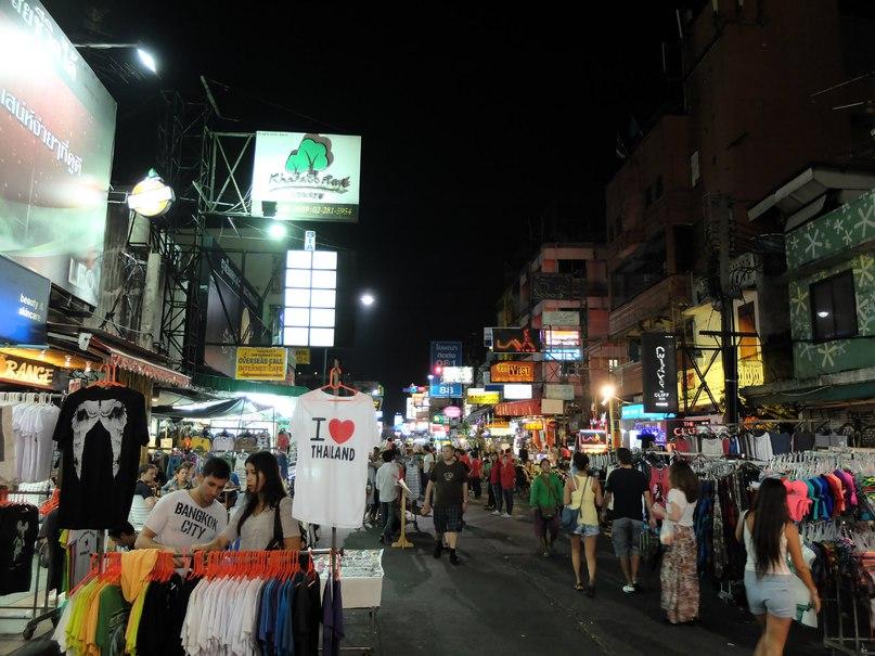 Красотка из бангкока играется своей киской