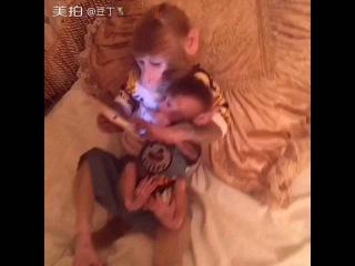 Monkey Plays on Tablet (Tabletle Oynayan Maymun)