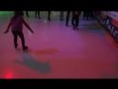 Даша первый раз на коньках