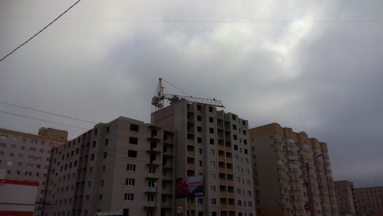 В Таганроге стрела башенного крана упала на строящийся дом