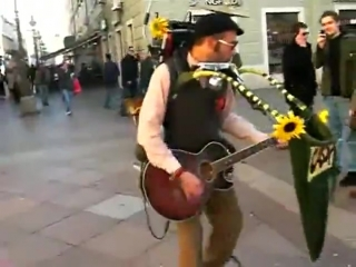 Уличный чудо музыкант [480p]