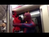 Человек-паук и Дэдпул в Московском метро раздают!