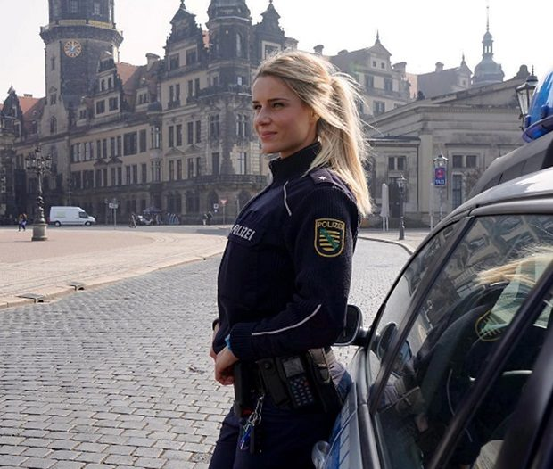QUVAnm RTkM - Сержант немецкой полиции разделась перед камерой