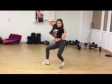 Современный танец танцует спортивная девушка. Образец современного танца