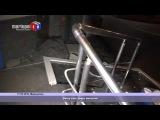 В Мариуполе ветер снес с петель дверь магазина