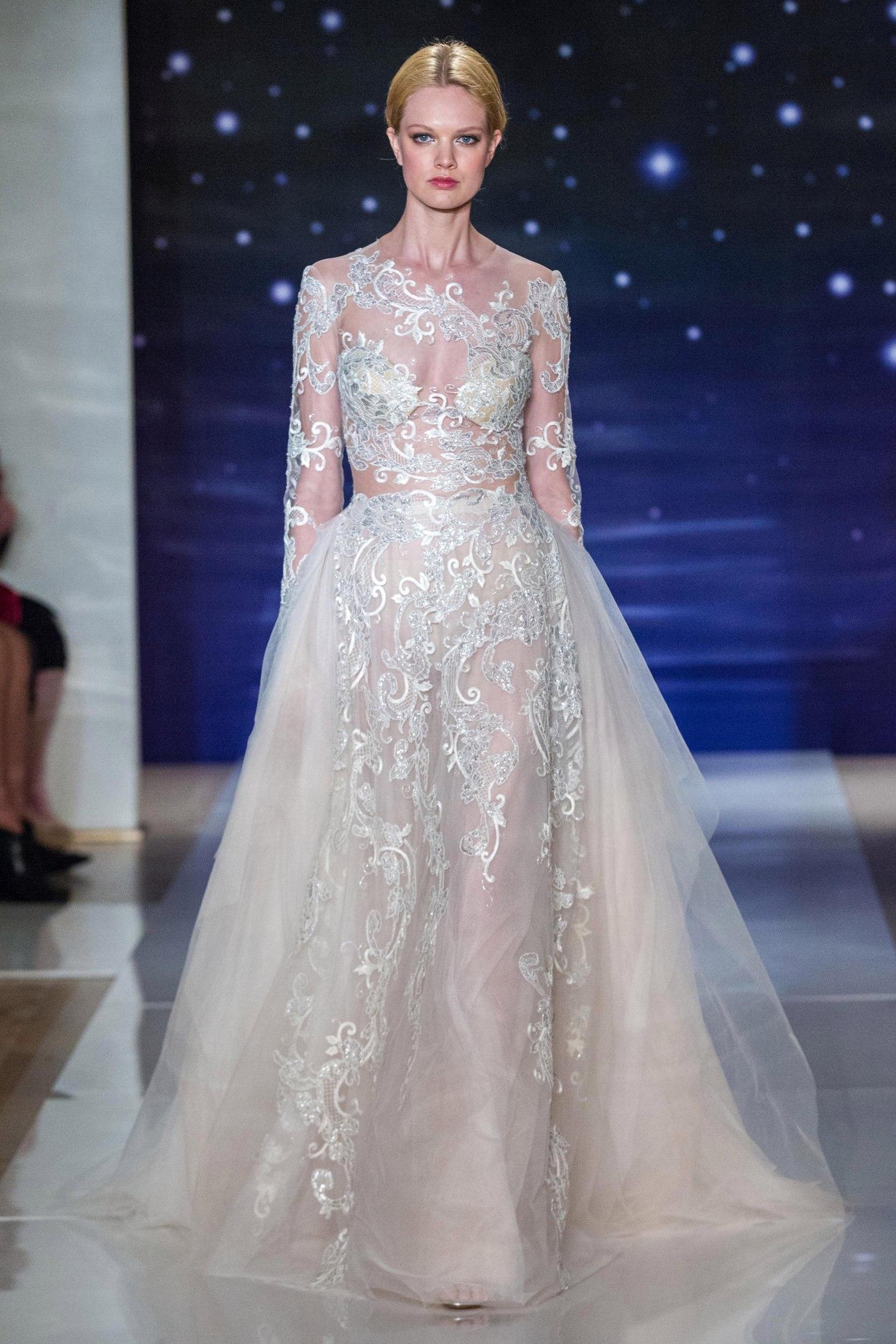 невеста в кружевном свадебном платье