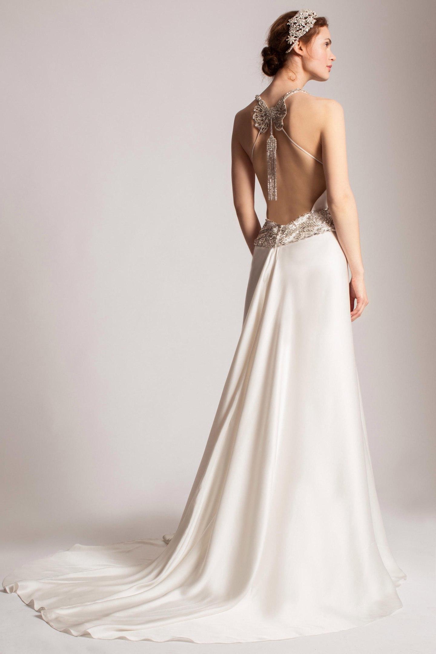 невеста в свадебном платье с открытой спиной