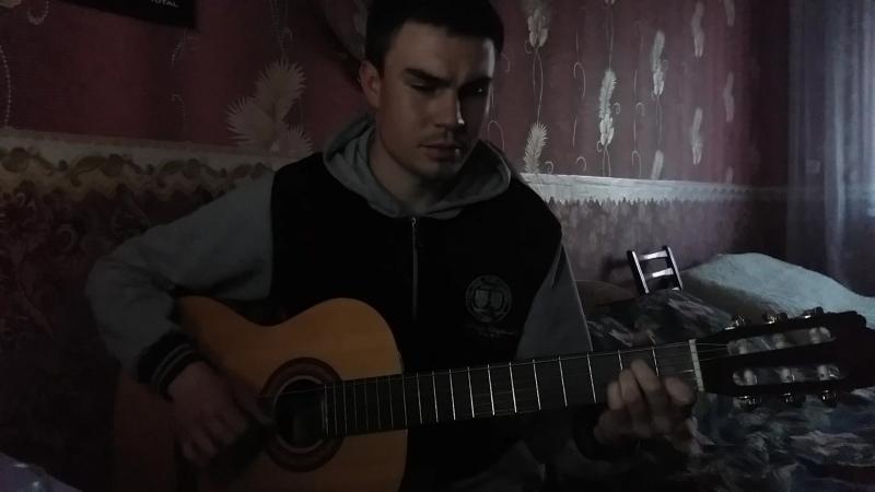 Парень играет красиво на гитаре и поет!