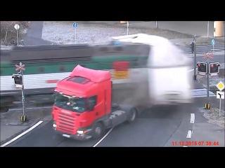 Чехия. Поезд сбил фуру (11.12.2015 г.)